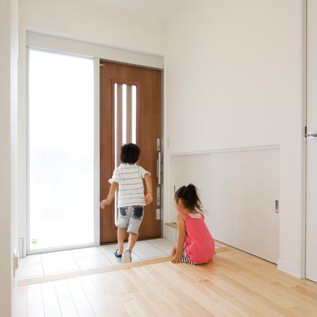 玄関と子供たち