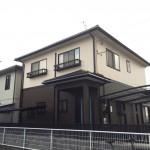 外壁をアイボリーとブラウンの2色で塗り分け、屋根はブラックに塗装 加古川市H様邸