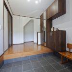 玄関にずれない式台を設置 加西市S様邸(玄関リフォーム)