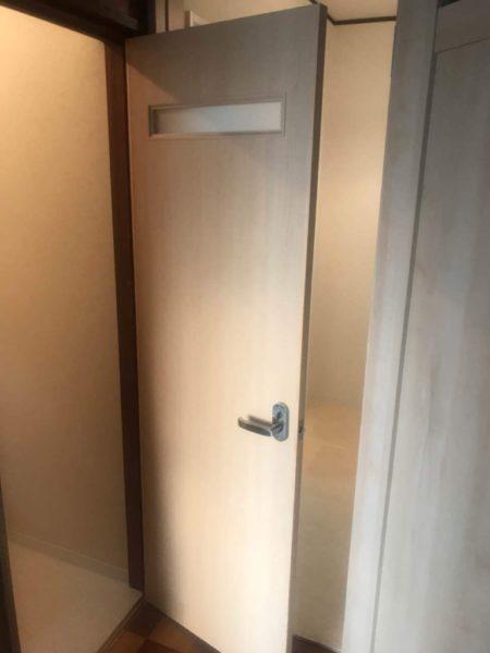 トイレ戸取り替え